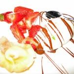 Eis-Kreation mit Erdbeeren